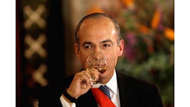 Alguien tiene que decirle a Calderón que políticamente apesta