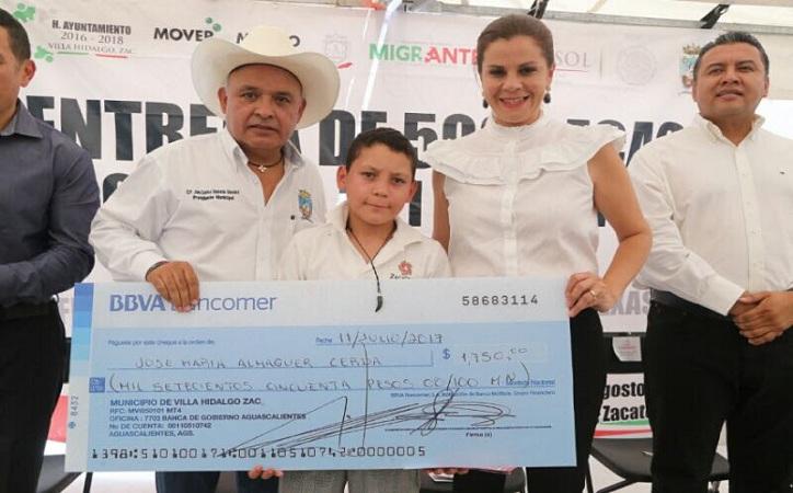 500 niños y jóvenes de Villa Hidalgo reciben becas del programa 3×1