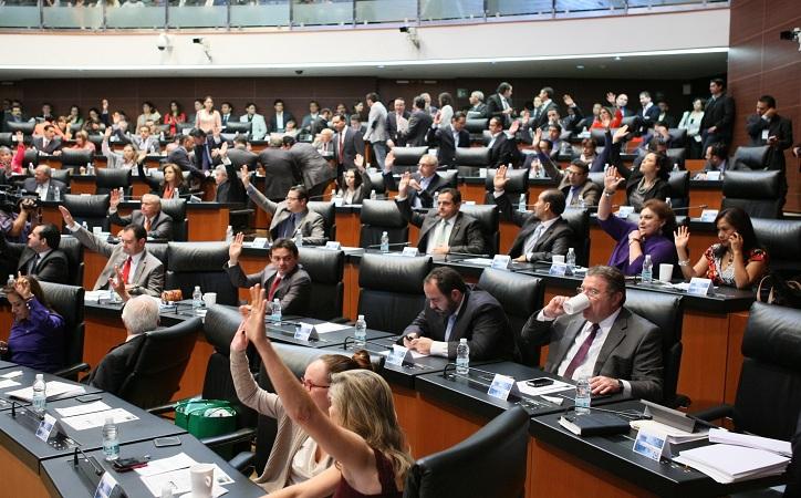 Más aguinaldo y sueldo base en 2018 quieren senadores