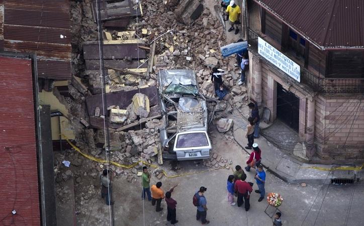 Suman 61 muertos por sismo