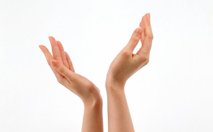 Mujeres que alzan la mano para las elecciones