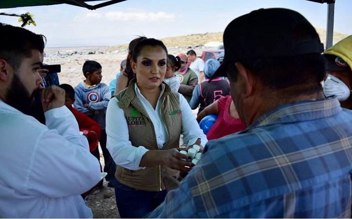Guadalupe Flores se compromete en atender necesidades de trabajadores del relleno sanitario en Fresnillo