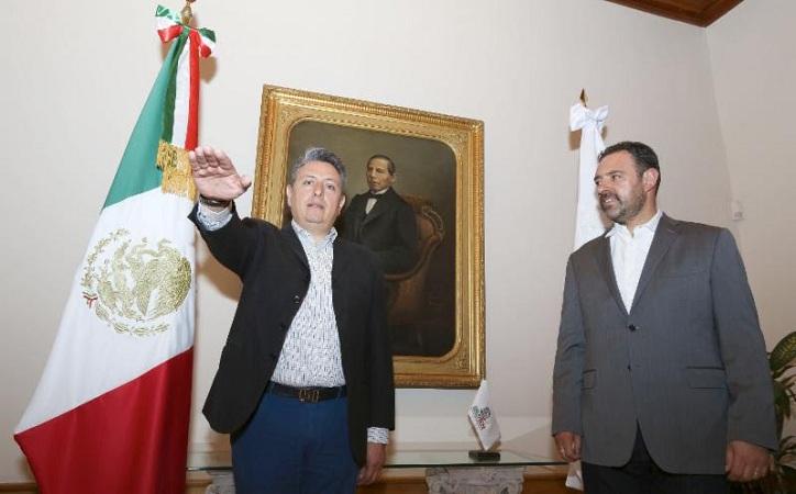 Tello le da a Pedro Inguanzo, subsecretaria de desarrollo territorial y atención a la pobreza