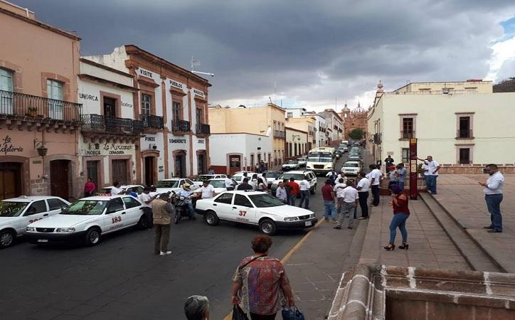 Taxistas amenazan con paralizar la capital si no se retira Uber