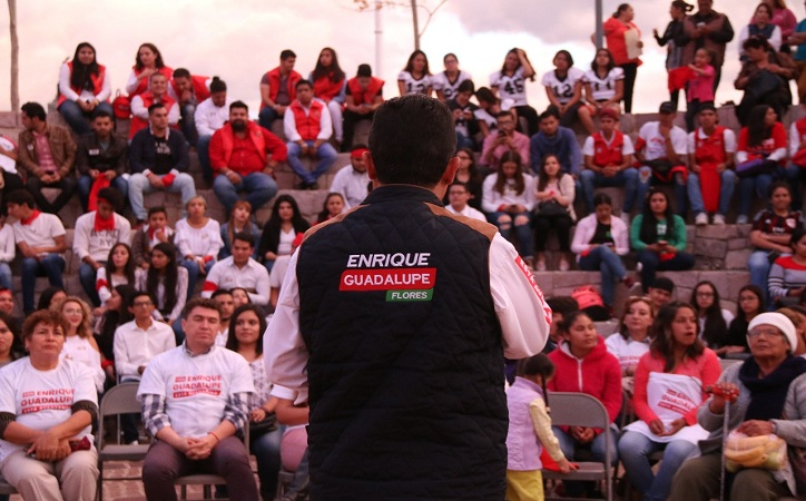 Jóvenes reconocen trabajo y liderazgo de Enrique Flores
