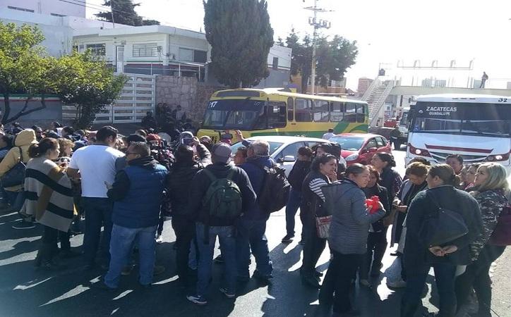 Toman boulevard inconformes con cierre de instancias infantiles, Verónica Díaz las atiende 2 horas después