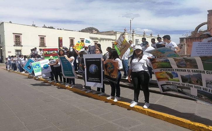 Se manifiestan jóvenes contra cambio climático como parte del movimiento Fridays of Future