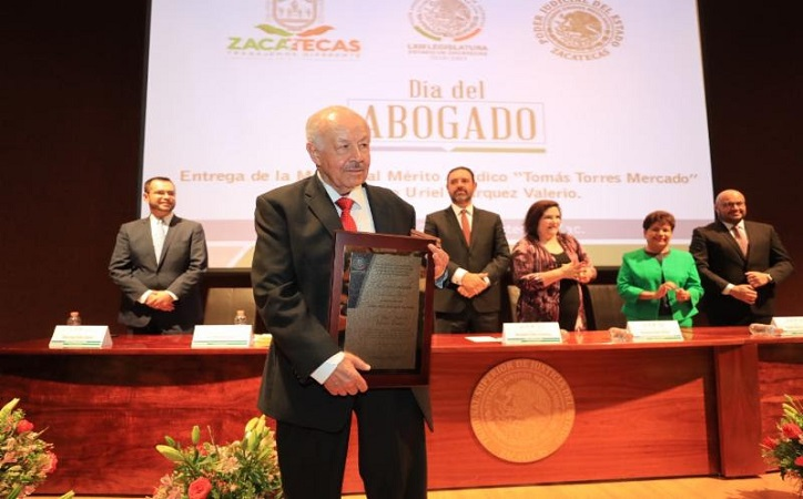Recibe Uriel Márquez medalla al Mérito Jurídico por su aportación al derecho
