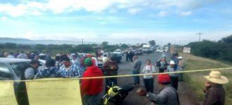 Trabajadores del Ayuntamiento de Villanueva toman carretera por adeudos, liberan horas después