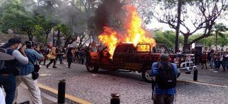Queman patrullas en Guadalajara frente a palacio de gobierno como protesta por asesinato de albañil a manos de la policía